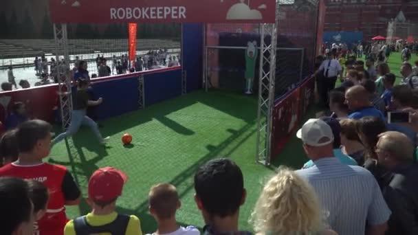 Moskva - července 1: dívka gól pro robota brankář v zóně ventilátor na Rudém náměstí během mistrovství světa ve fotbale 2018. 1. července 2018, Moskva, Rusko