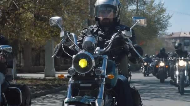 mnoho cyklistů subkultury skupiny jízda na trati za slunečného letního dne na vlastních motocyklech, rozsáhlé akce motorkářů