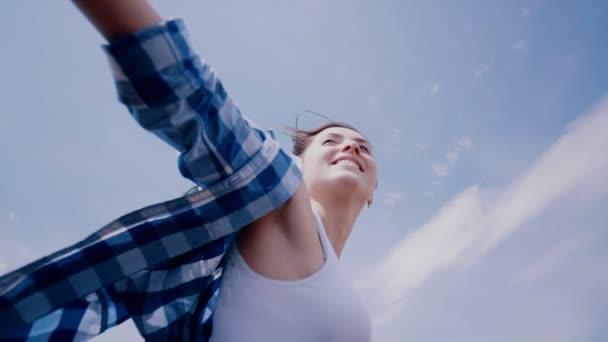 Detailní portrét okouzlující atraktivní ženy při pohledu na fotoaparát mimo slunečného letního dne světlo na pozadí veselý přátelský úsměv dokonalý módní neformální oblečení