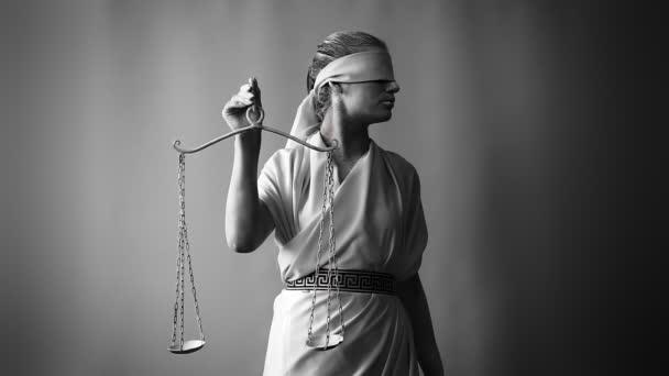 dívka v kroji kamenná socha. Femida bohyně spravedlnosti na bílém pozadí v jedné ruce drží váhy. Koncepce umění