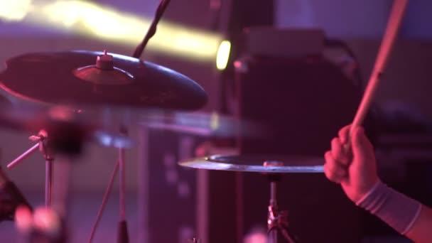 a dobos játszik a dob meg a koncert közelről lemezek ritmus. rock koncert