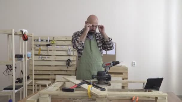 on sale d7913 60cc0 Un uomo di 50 anni coltivato in un ritratto di camicia plaid flanella di un  artigiano in vestiti da lavoro in Studio con il gadget sul desktop. stile  hipster. impresa artigiana