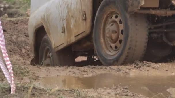 Jde o hluboké jámy špinavé silné Suv. Krásné auto na venkově. Špínu vede dolů do auta. Bílá Suv stojící mimo město. Aktivní sportovní odpočinek