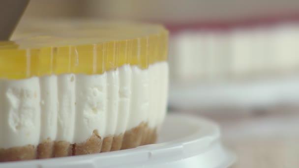 Výborný tvarohový koláč nakrájíme na kousky a La carte. Chutné broskvový dort se šlehačkou. Dezert pro čaj, pokryté průhledným poleva s kousky ovoce. Lahodné jídlo