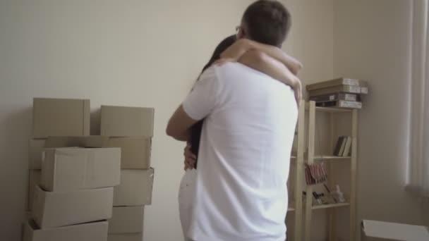 Mladý pár je zaneprázdněn, stěhování. Návrh nového domu. Manžel vyvolává svou ženu a otočí. Mezi regály oblečení a boxy a krabice věcí. Stěhování do nového domova mladá rodina.