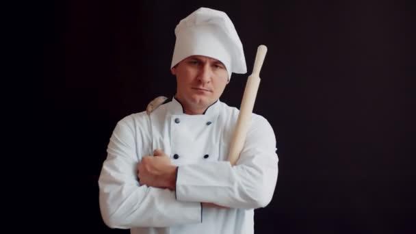 elégedetlen, dühös chef sodrófa, konyha fehér ruha, a fekete háttér. fogalom az ötletet, főzés