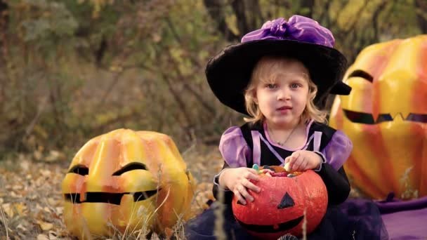 Vicces gyerek lány boszorkány jelmezben Halloweenkor tök Jack.