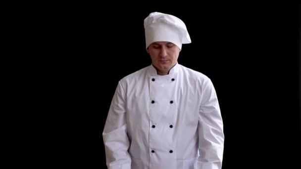Dospělý samec cook v obleku předává kuchyňský váleček jako symbol předání moci.