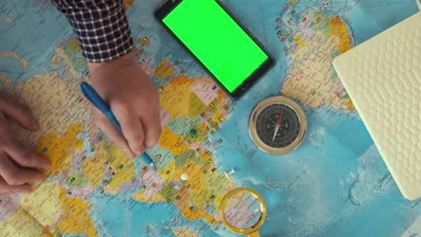 Koncepce dopravy - pohled z turistické Lupa, peníze telefon s fotoaparátem, cestování a dovolená na světové mapě pozadí vintage tón.