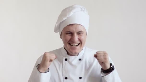 glücklich überglücklicher weißer Koch, hält Mund weit offen und Augen geschlossen, Emotionen, Beschäftigung