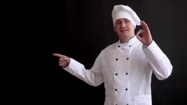 Senior Kochen Mann, Koch Hut heben Finger, schwarzer Hintergrund