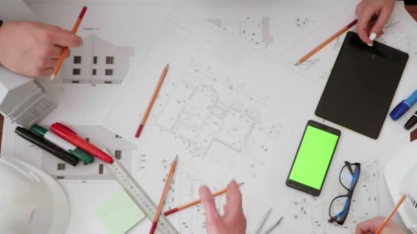 Podnikatel a inženýr handshake uzavření obchodu v staveniště. Úspěšný, inženýrské a obchodní koncepce.