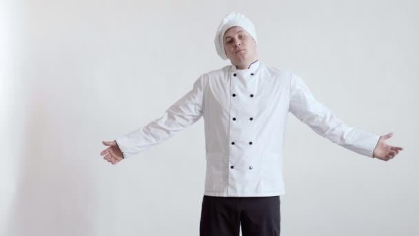 Frustrierter Koch seufzt, breitet die Hände aus und senkt den Kopf auf weißem Hintergrund