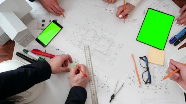 aus nächster Nähe auf der Zeichnung von Bauzeichnungsstiften und Nachteilen gezeigt. sowie Notizen mit Bleistift auf dem Aufkleber machen