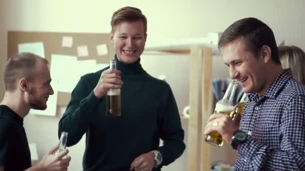 baráti társaságok összekoccannak a palackok, és inni sört