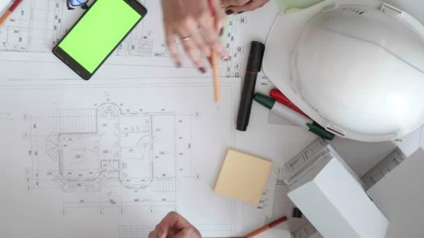 mérnökök is aktívan rajzok feküdt az asztalon, ceruzák, markerek, telefon és matricák