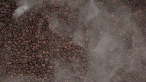 férfi hozza a kávébabot a ködben, csészealj, és egy csésze kávé, top view.