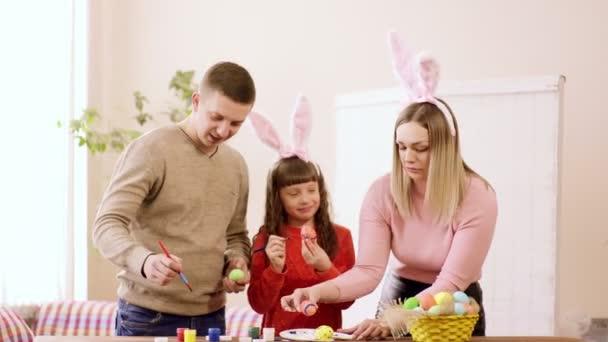 felesége, férje és lánya díszítik a tojásokat a hagyományos nyaralás.
