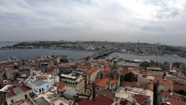 Panoramablick auf das schöne Istanbul. Brücke, Schiffe, Dächer, Autos, Häuser, Himmel, schöner Zeitraffer