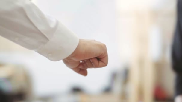 Geschäftsleute, die in einer Besprechung im Büro mit stapelnden Händen zusammentreten. Teamarbeit