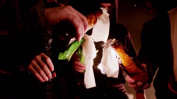 Aufständische mit Masken, die ihr Gesicht verhüllten, zündeten gemeinsam Brandflaschen an. Gruppe männlicher Revolutionäre steht im Kreis und zündet einander Molotow-Cocktails an