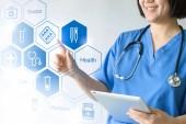 Doktor medicíny  sestra pracující s lékařskou ikony