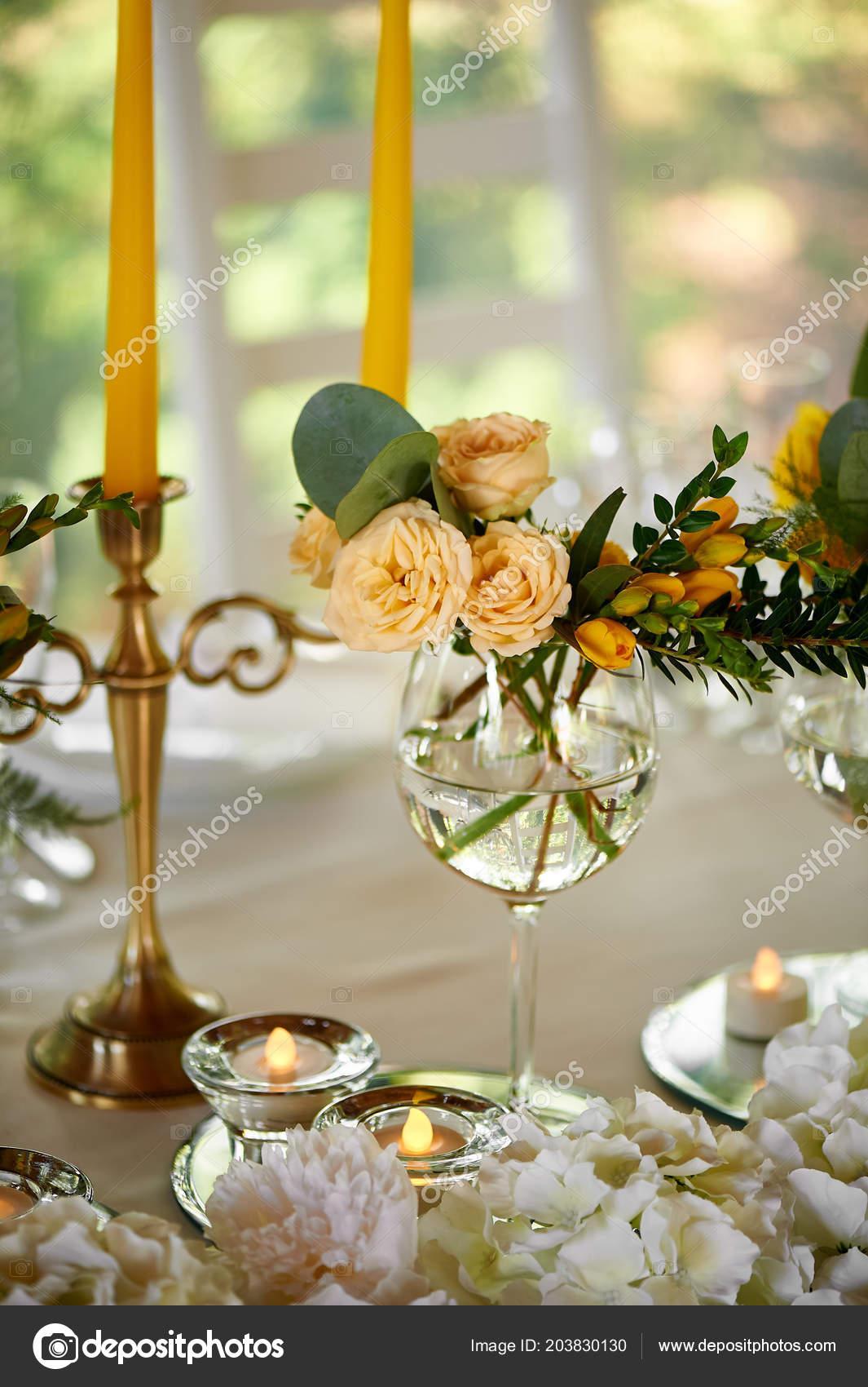 Zlute Kvety Podrobnosti O Kvetinovou Vyzdobou Svatebni Tabule