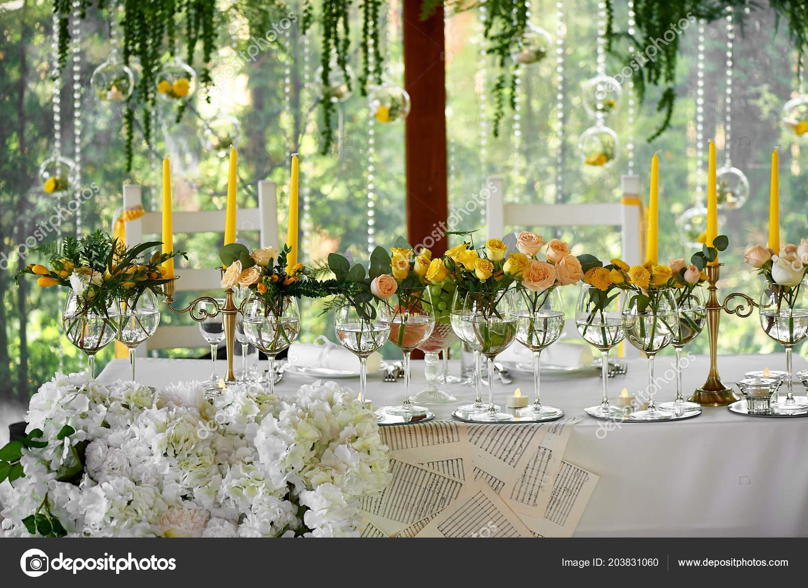 Dekorace Na Svatebni Stul Svatebni Kvetiny Zlute Stock Fotografie