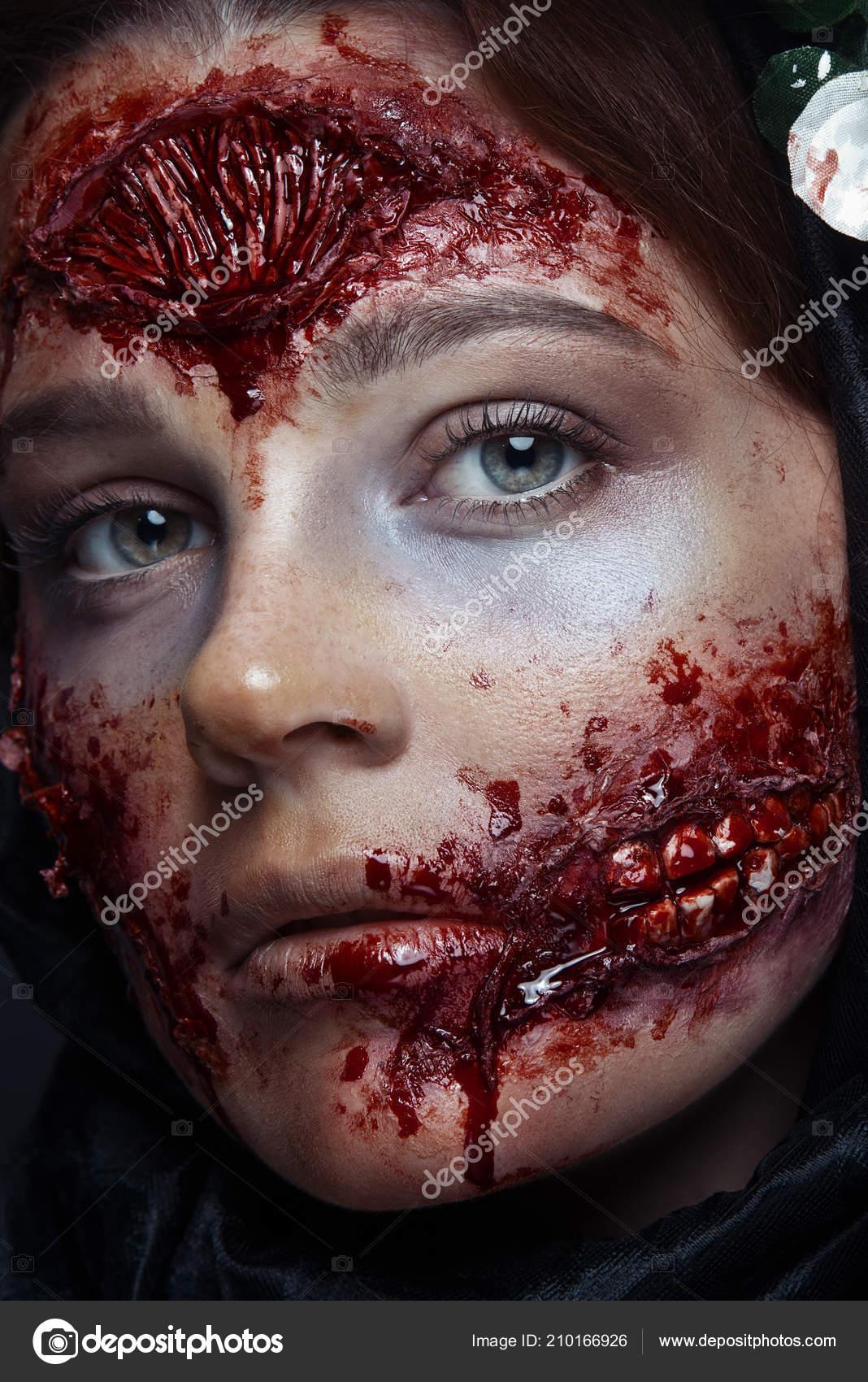 Trucchi Di Halloween Spaventosi.Ritratto Ragazza Sanguinoso Orribile Zombie Spaventoso Trucco