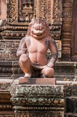 Ancient Khmer statue of a temple guardian, half lion, half man. Banteay Srei Temple, Angkor, Cambodia.