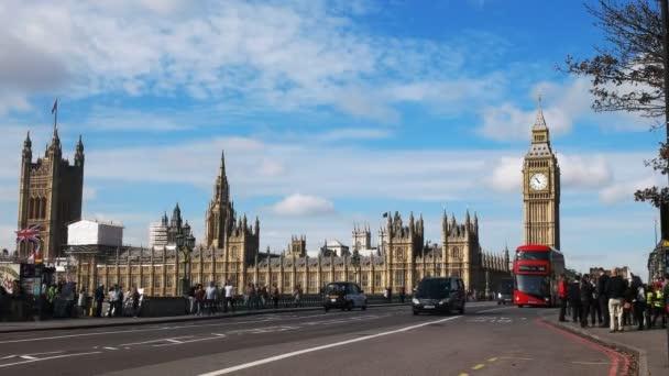 Londýn, Anglie, Velká Británie, září 17, 2015: dvoupatrový autobus s big ben v Londýně, Velká Británie