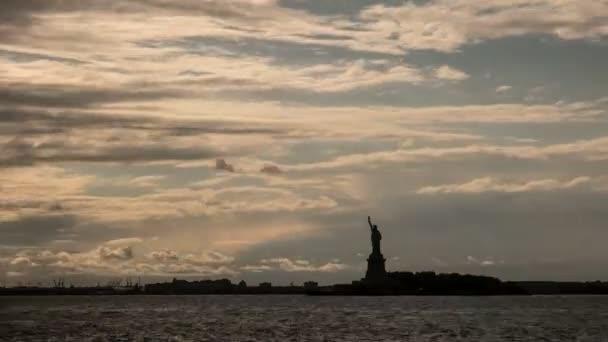časová prodleva bouřkové mraky a siluetu Socha svobody v new Yorku