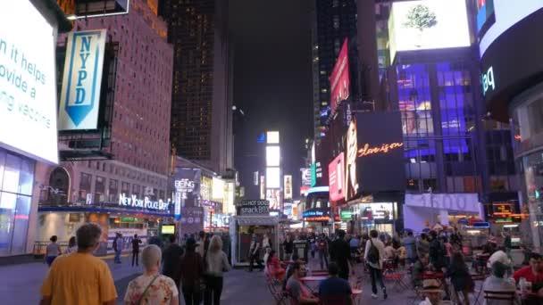 New York, New York, Usa září 12, 2015:3 osy prstenec zastřelil, šel po times square v new Yorku, usa v noci