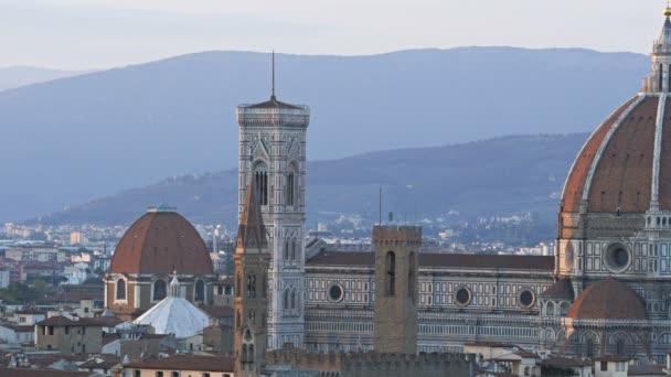 posouvání doleva a pravý záběr dómu ve Florencii, slavné katedrály navrhl filippo brunelleschi