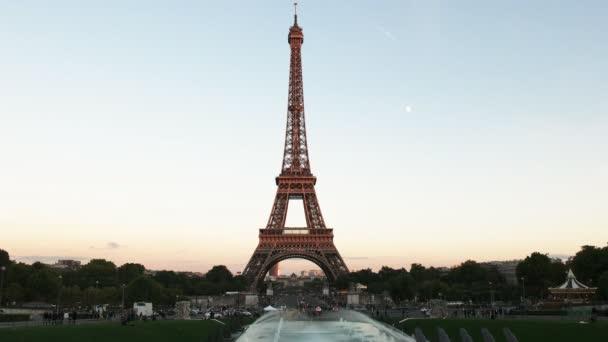 Večerní pohled z Eiffelovy věže, jednu z nejznámějších památek v Paříži