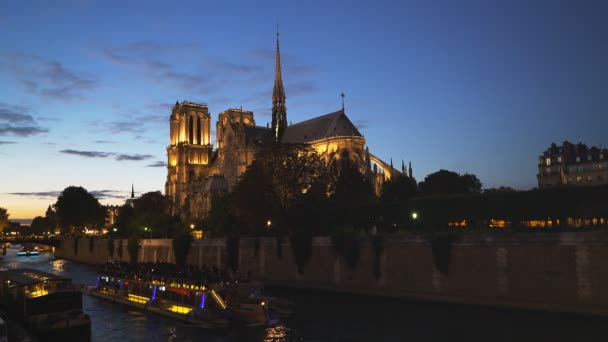 pohled katedrála notre dame a říční loď turné v Paříži