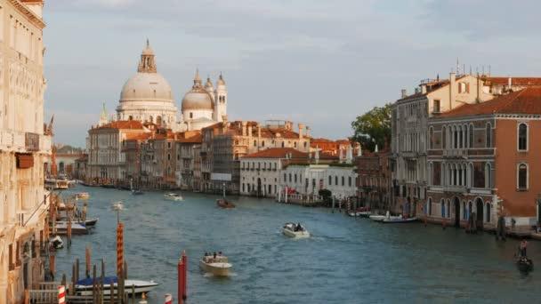 kilátás nyílik a híres bazilika Szent Mária és a grand canal, Velence, Olaszország