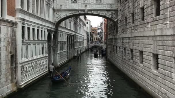gondolák navigálni egy keskeny csatorna-Velence, Olaszország