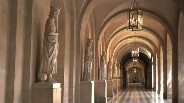 Versailles, Paříž, Francie – 23. září 2015: zoom v záběru krytou chodbou s mramorové sochy v paláci versailles, Paříž Francie