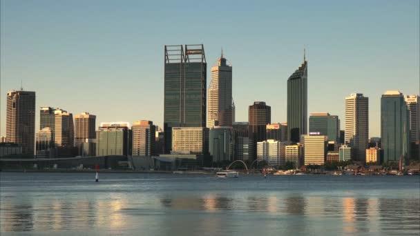 pozdě odpoledne záběr panoramatu perth a trajektem na řece swan, západní Austrálie
