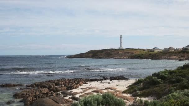 ein Strand und Felsen am westaustralischen Leuchtturm Cape Leeuwin, gelegen am südwestlichsten Zipfel Australiens, an der Stelle, an der sich der indische und der südliche Ozean treffen
