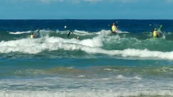 Alexandra Headland, Queensland, Ausztrália - április 21, 2016: férfi surf élet megtakarítók lapát a surf surf ski futam alatt a Mosonszentmiklós, Ausztrália