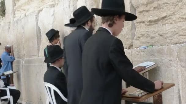 közeli egy zsidó fiú imádkozott a siránkozás fal Jeruzsálemben