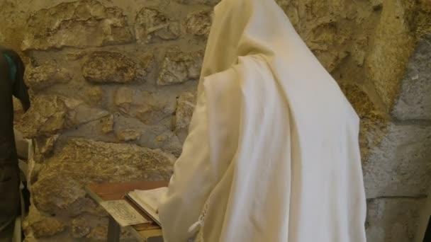 zsidó férfi sál imádkozik a jajgatás fal Jeruzsálemben