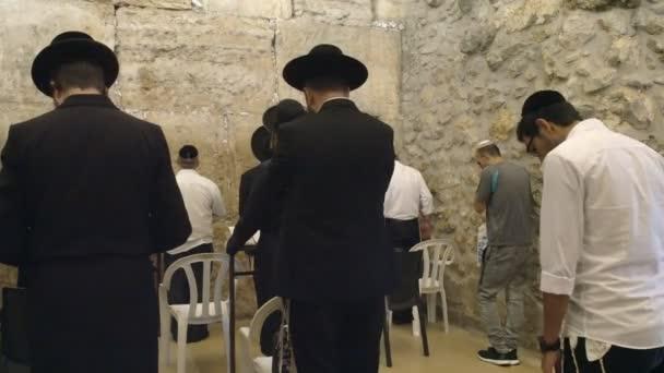 számos zsidó férfi imádkozik a szobában a jajgatás a Jeruzsálemben