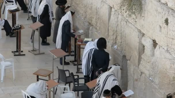 nagy látószögű lövés a zsidó férfiak imádkozott a jajgatás fal Jeruzsálemben