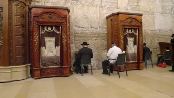 több ülő ember imádkozott egy imaház a nyugati falon a templom Mount Jeruzsálemben