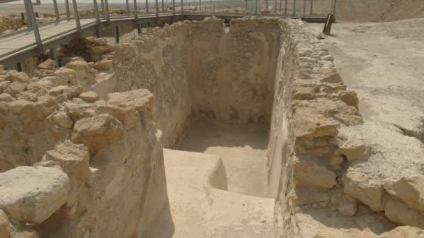 Nahaufnahme des Eingangs zu einem rituellen Wasserbad in qumran in israel