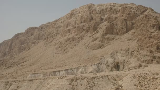 Schwenkender Blick auf die Hügel und Höhlen mit den toten Seerollen bei qumran