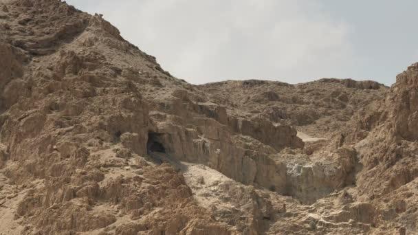 eine Höhle in den Hügeln bei qumran in israel